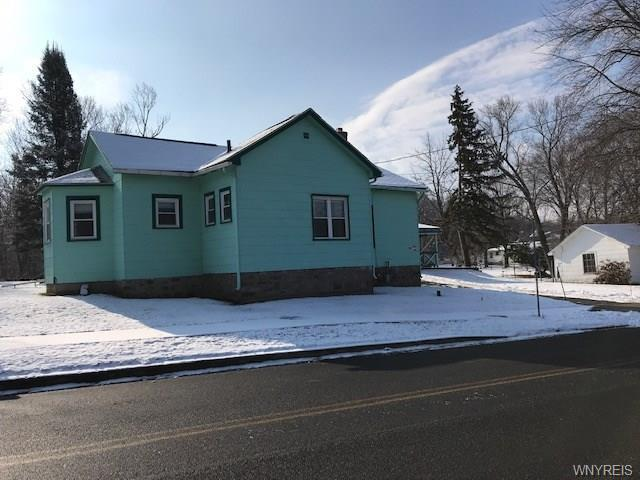 Photo of home for sale at 82 Lake Avenue, Lockport-city NY