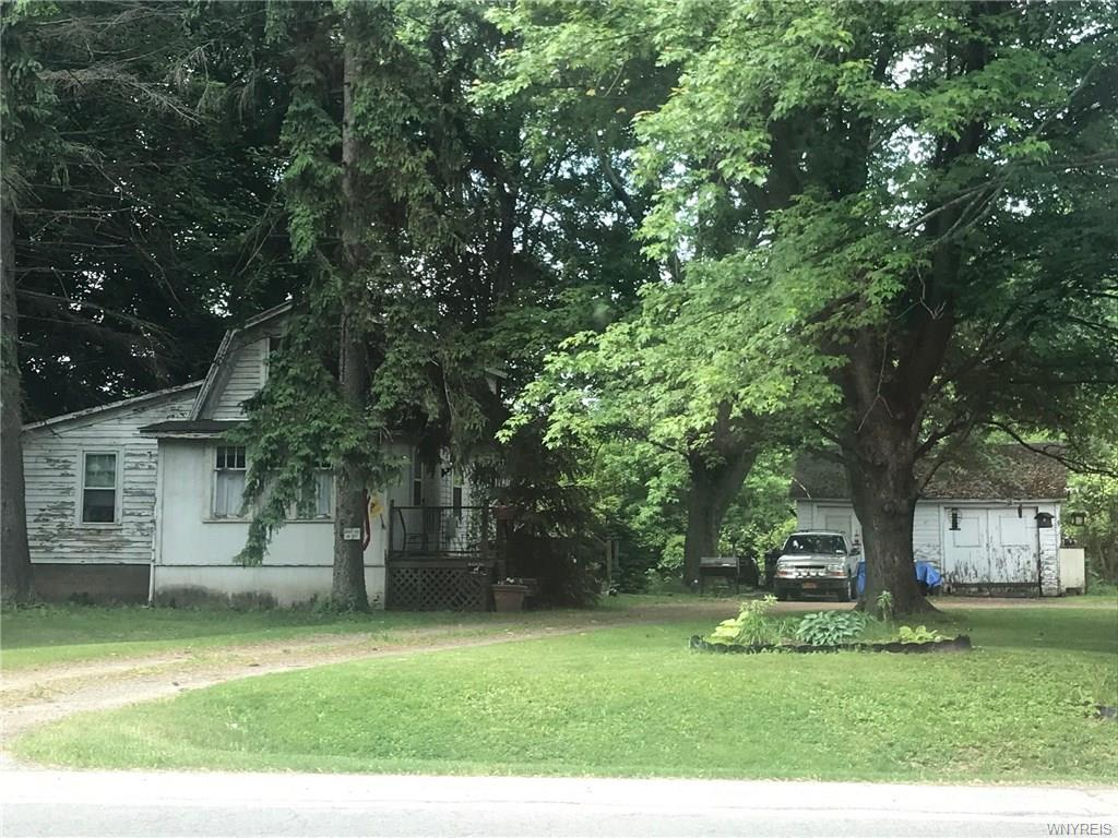 Photo of home for sale at 6816 Akron Road, Lockport-town NY