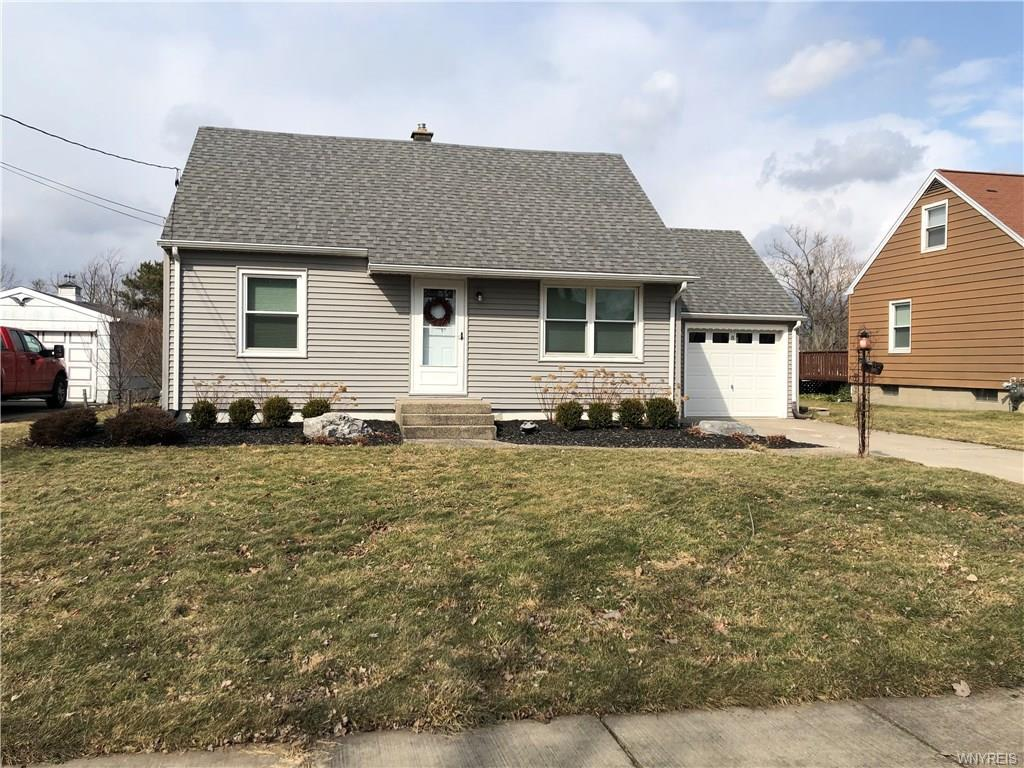 Photo of home for sale at 8 Sherwood Road, Lancaster NY