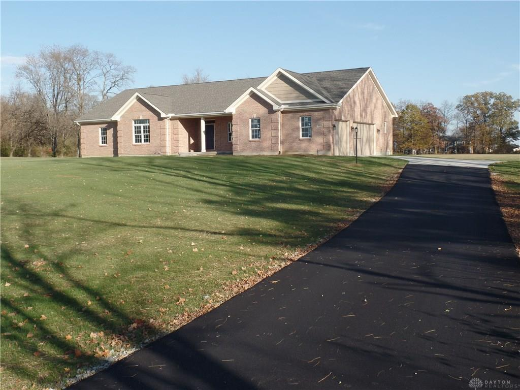 Photo of home for sale at 9192 Clearcreek Franklin Road, Springboro OH
