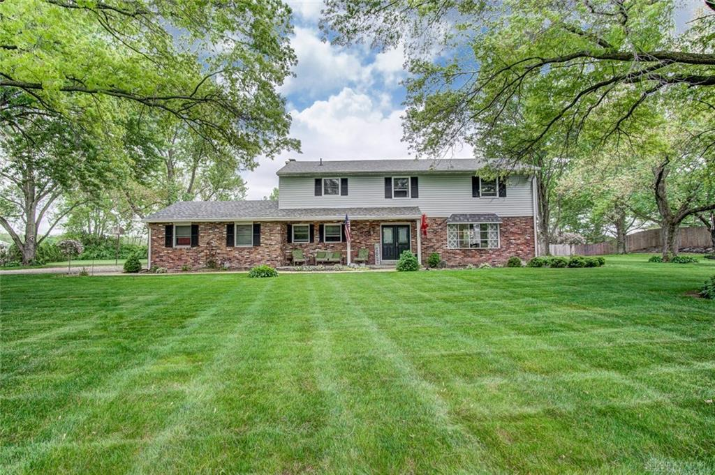 Photo of home for sale at 996 Lincolnshire Drive, Troy OH