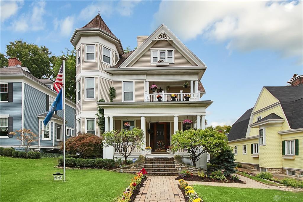 Photo of home for sale at 229 Oakwood Avenue, Oakwood OH