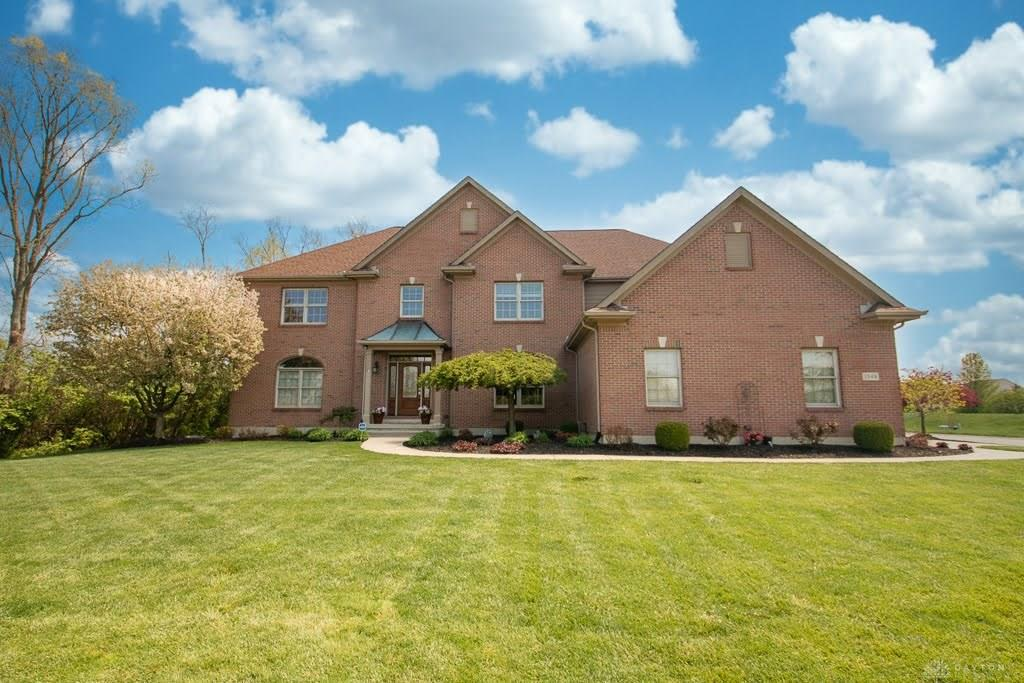 Photo of home for sale at 1548 Ashbury Woods Drive, Dayton OH