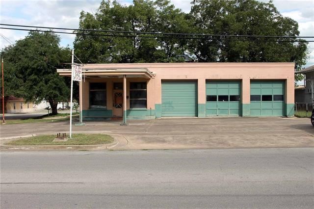 Photo of home for sale at 400 Main ST S, Lockhart TX
