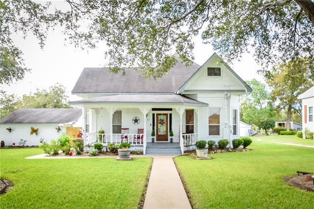 Photo of home for sale at 107 West AVE, Schulenburg TX