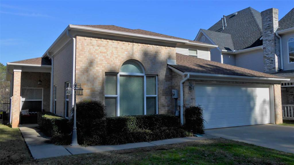 Photo of home for sale at 27 Oak Creek Ridge, Longview TX