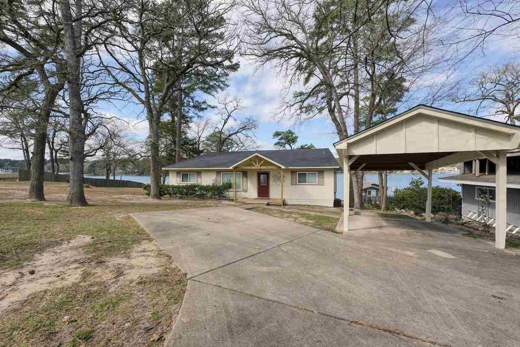Photo of home for sale at 306 Hideaway Ln Central, Hideaway TX