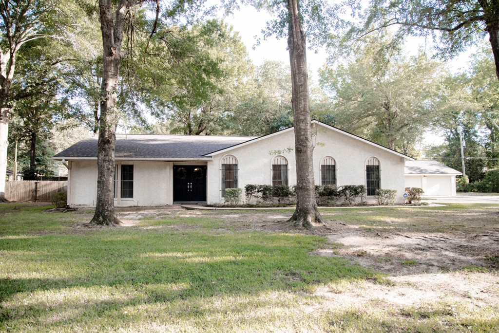 Photo of home for sale at 1106 Rosewood Drive, Carthage TX