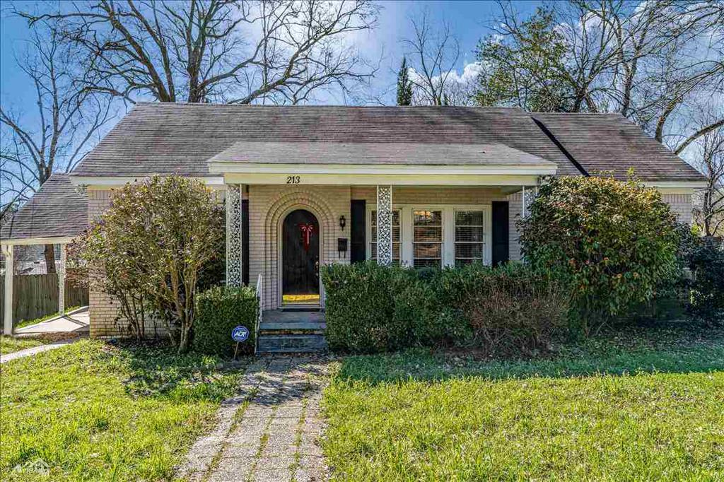 Photo of home for sale at 213 Pine Street, Henderson TX