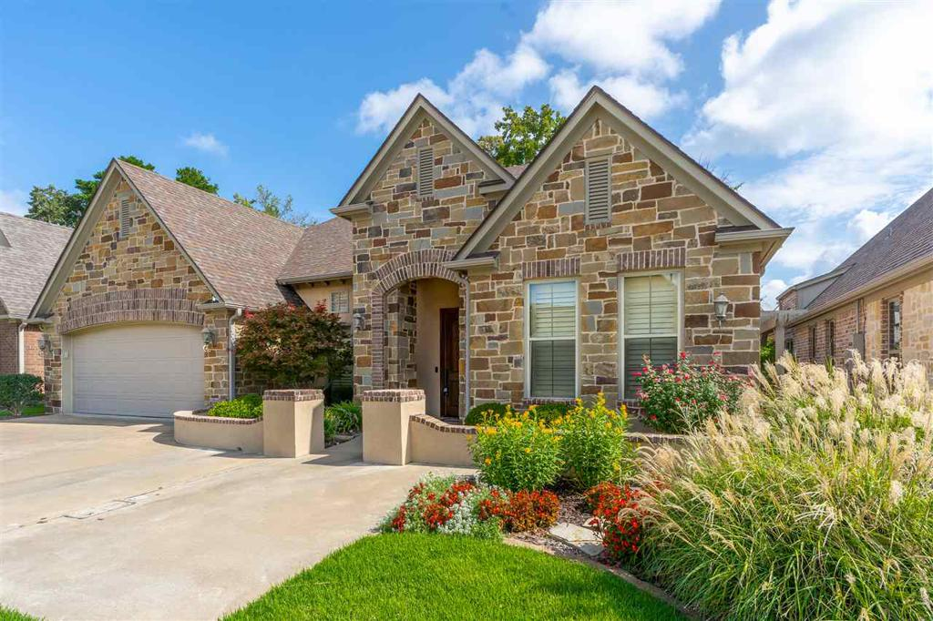 Photo of home for sale at 1002 Chateau Court, Longview TX