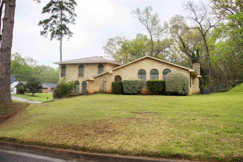 Photo of home for sale at 1321 Baylor Dr., Longview TX