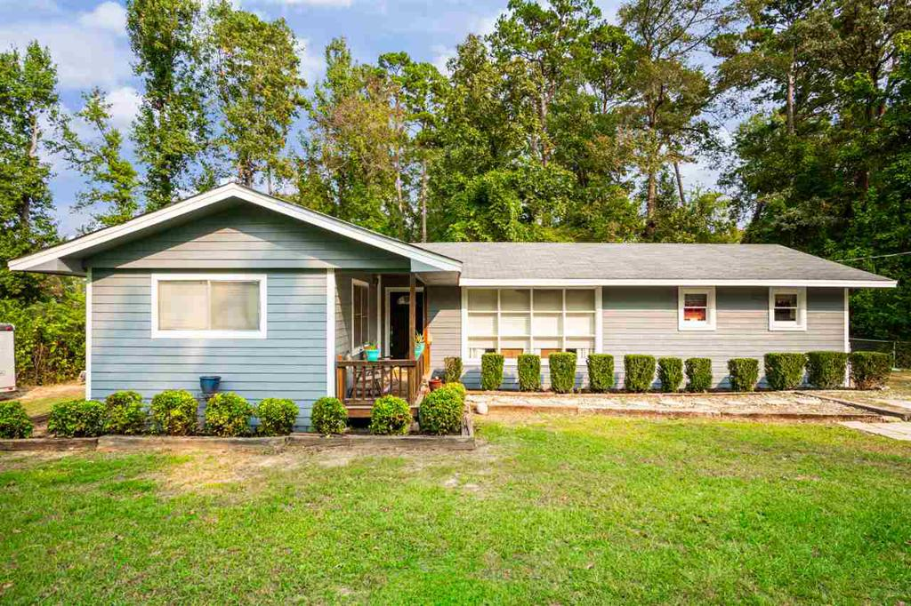 Photo of home for sale at 167 Wintergreen St, Gladewater TX