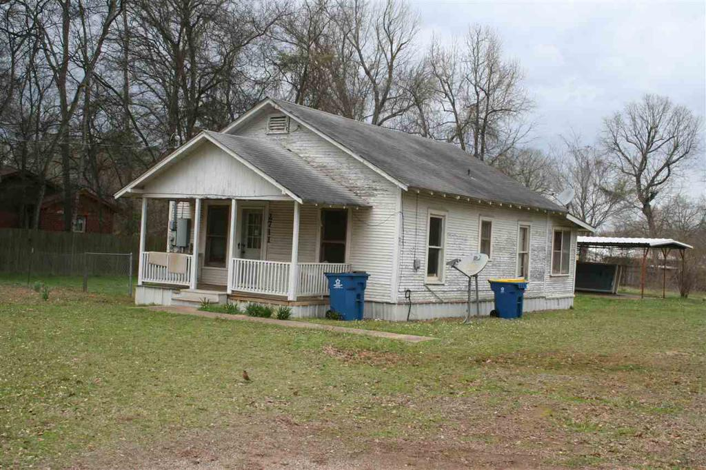 Photo of home for sale at 2711 Ledbetter Dr, Kilgore TX