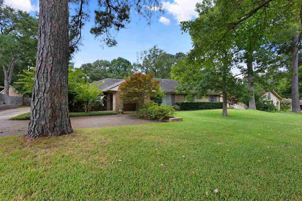 Photo of home for sale at 611 Pine St, Henderson TX