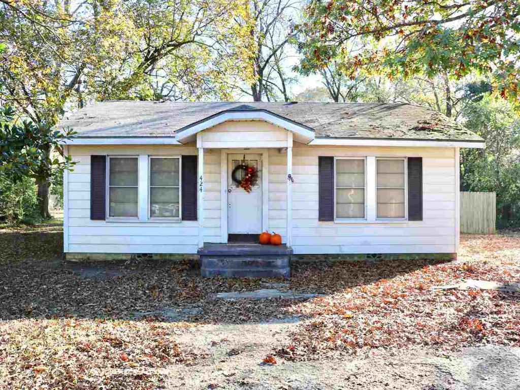 Photo of home for sale at 424 White Oak Rd, White Oak TX