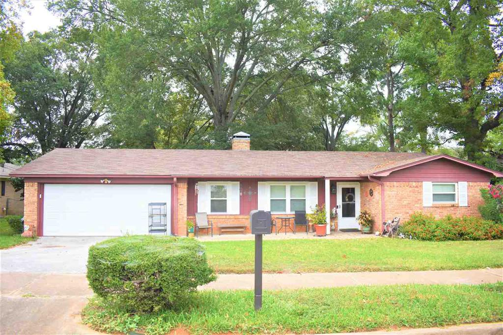 Photo of home for sale at 2924 Williamsburg, Tyler TX