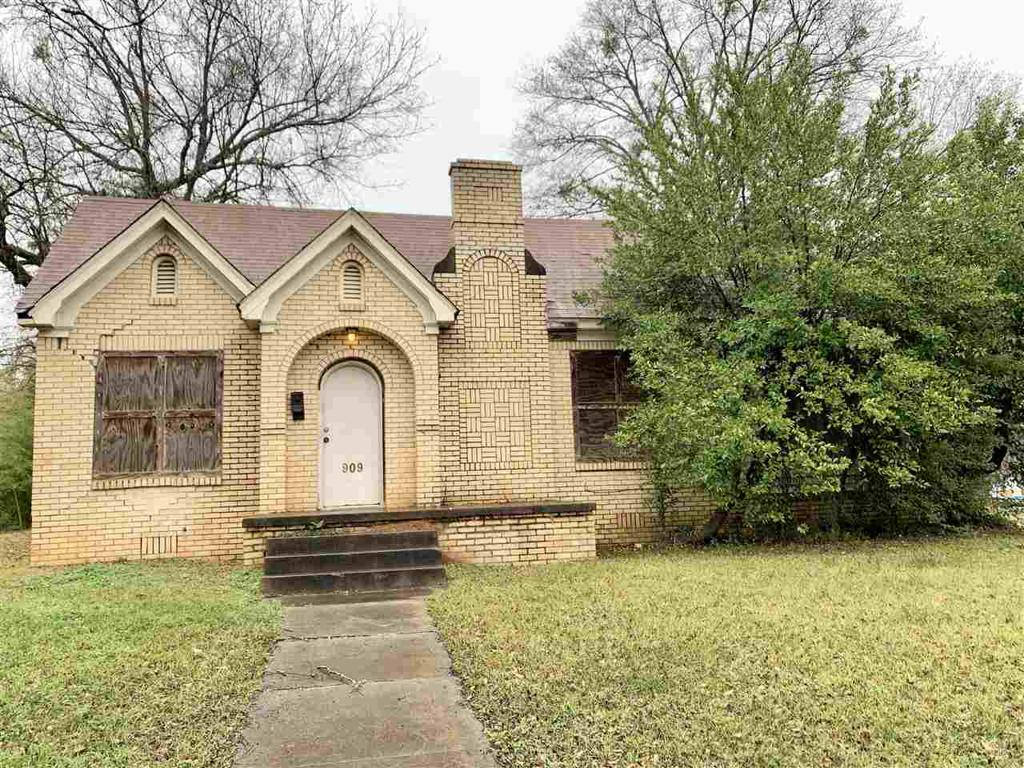 Photo of home for sale at 909 SANDEFUR ST, Longview TX
