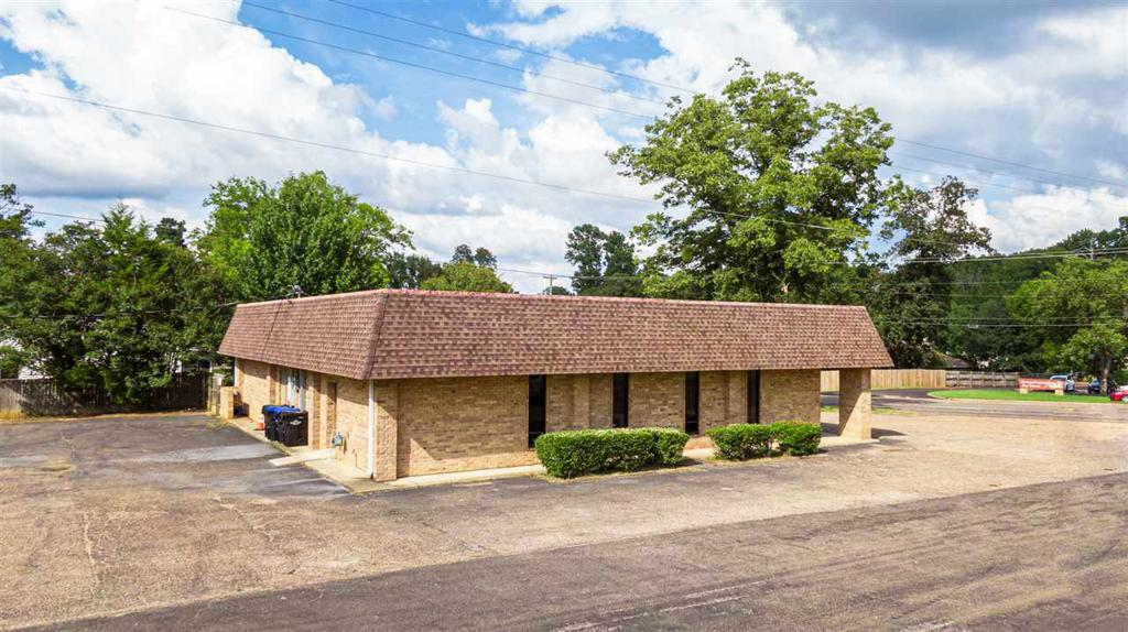 Photo of home for sale at 1201 Pine Tree Road, Longview TX