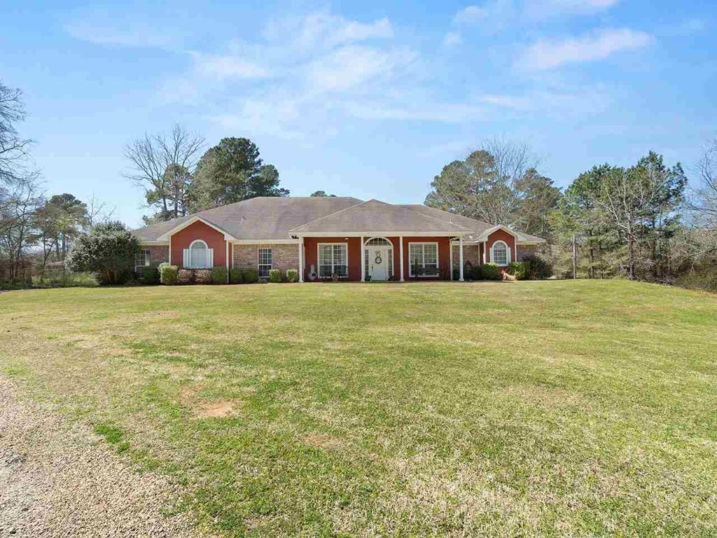 Photo of home for sale at 1607 Lake, Gladewater TX
