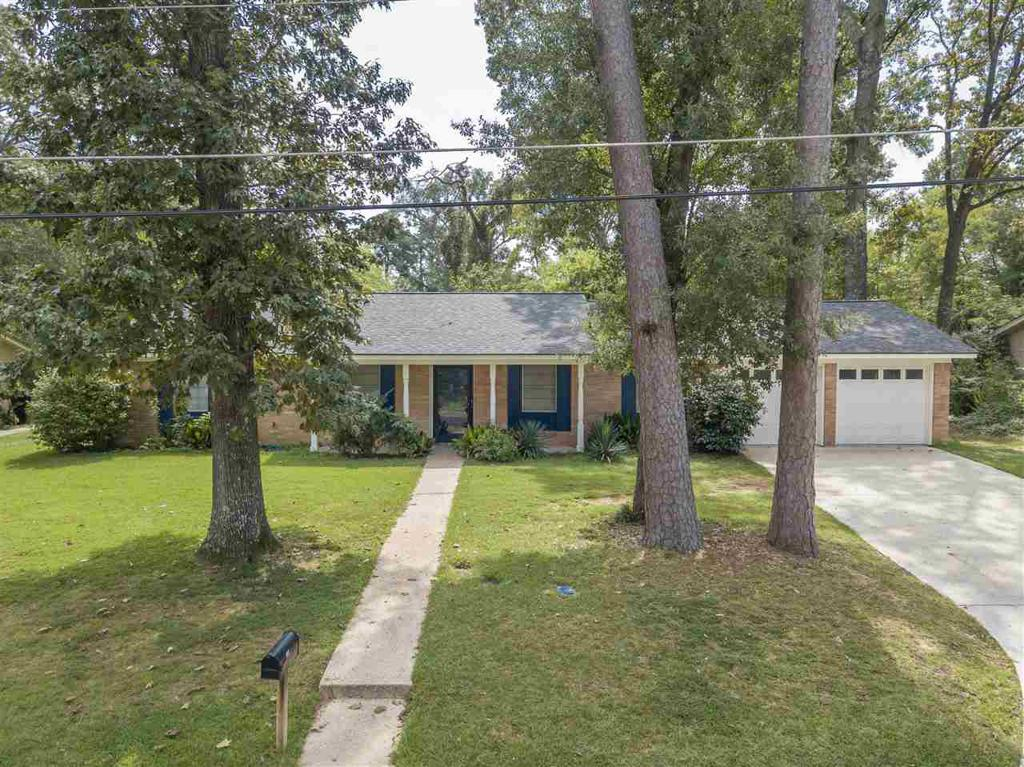 Photo of home for sale at 308 Erskine Dr, Longview TX
