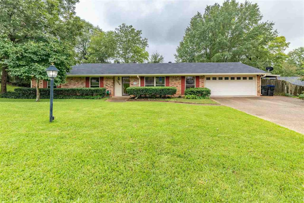Photo of home for sale at 1304 Glencrest Lane, Longview TX