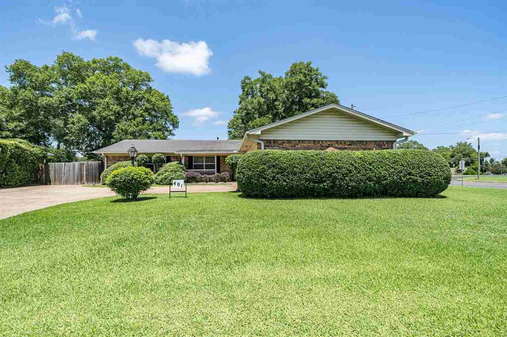 Photo of home for sale at 401 Village, Henderson TX