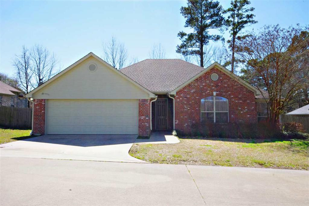 Photo of home for sale at 712 Hollybrook, Longview TX