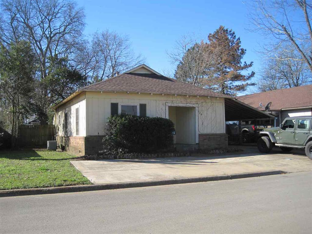 Photo of home for sale at 725 Henderson St, Jacksonville TX