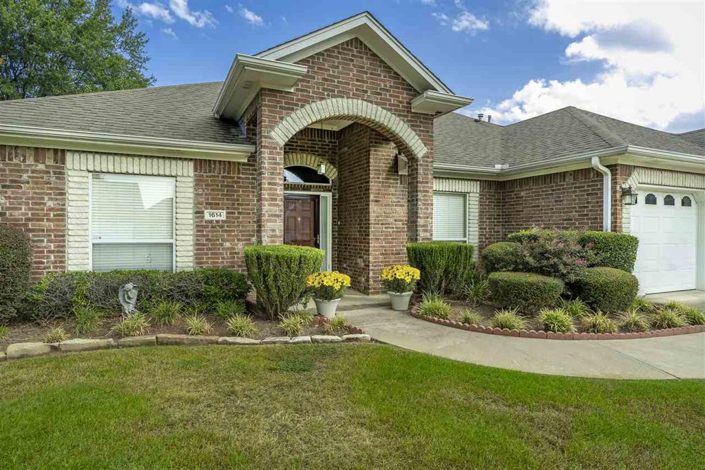 Photo of home for sale at 1614 Chippewa St, Longview TX