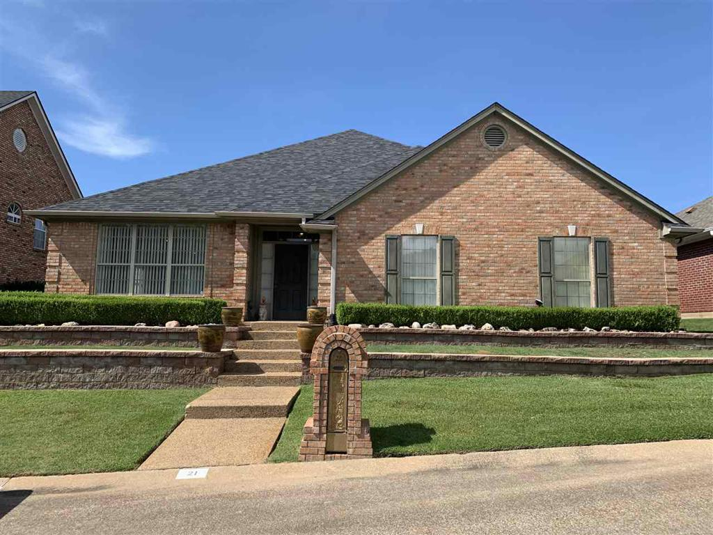 Photo of home for sale at 21 Estates Courts, Longview TX