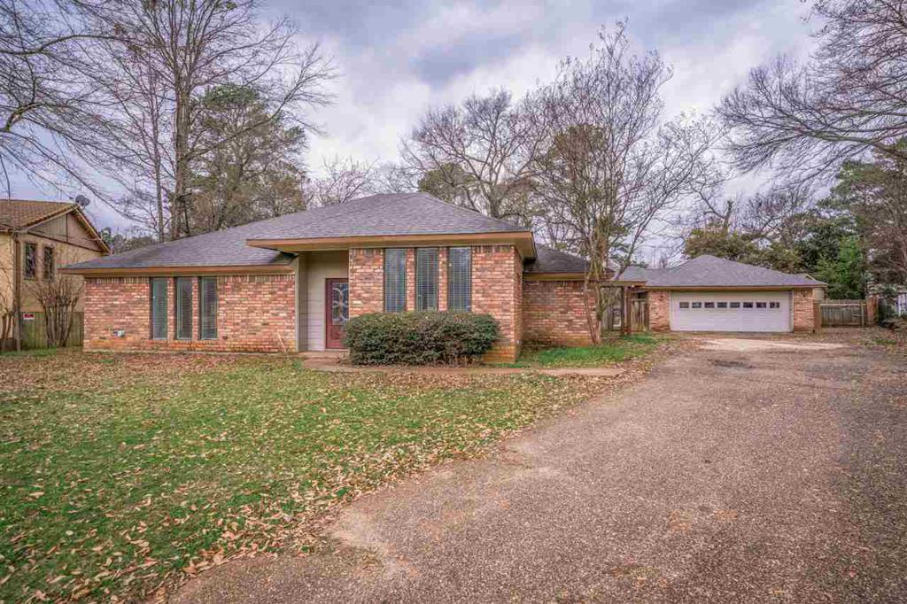 Photo of home for sale at 3 Misty Glen Ct, Longview TX