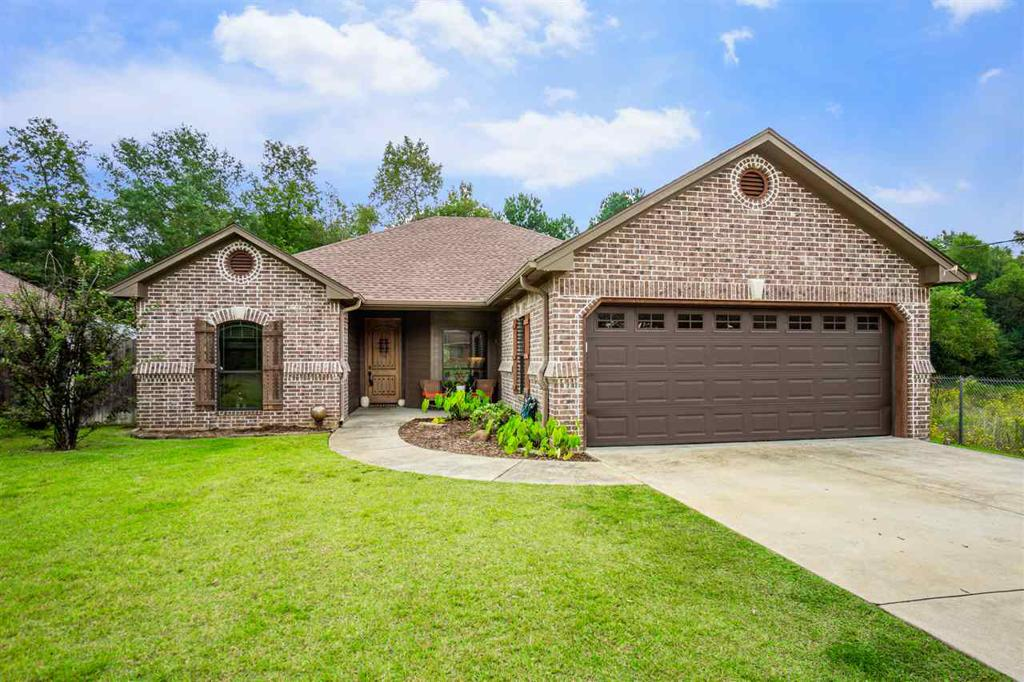Photo of home for sale at 1707 Chisolm Pl, Longview TX
