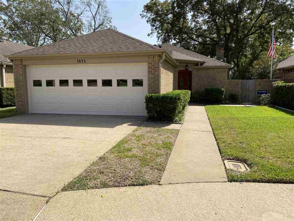 Photo of home for sale at 1615 Clearbrook Circle, Henderson TX