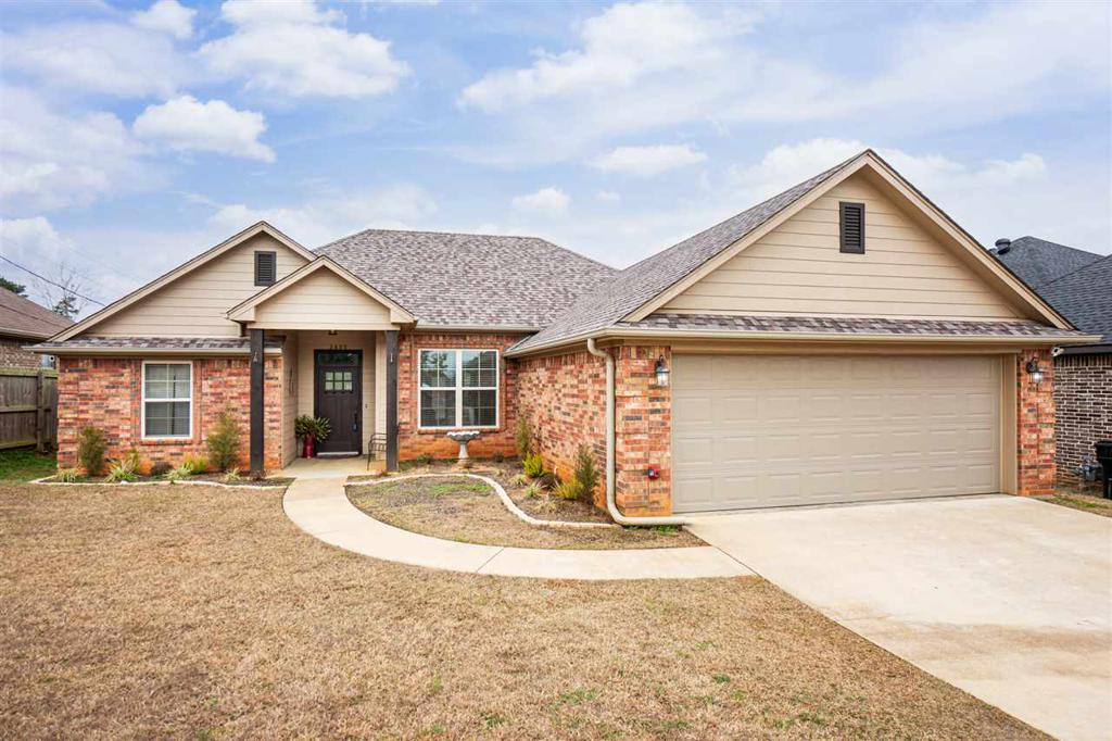 Photo of home for sale at 3805 Killingsworth Cir, Longview TX