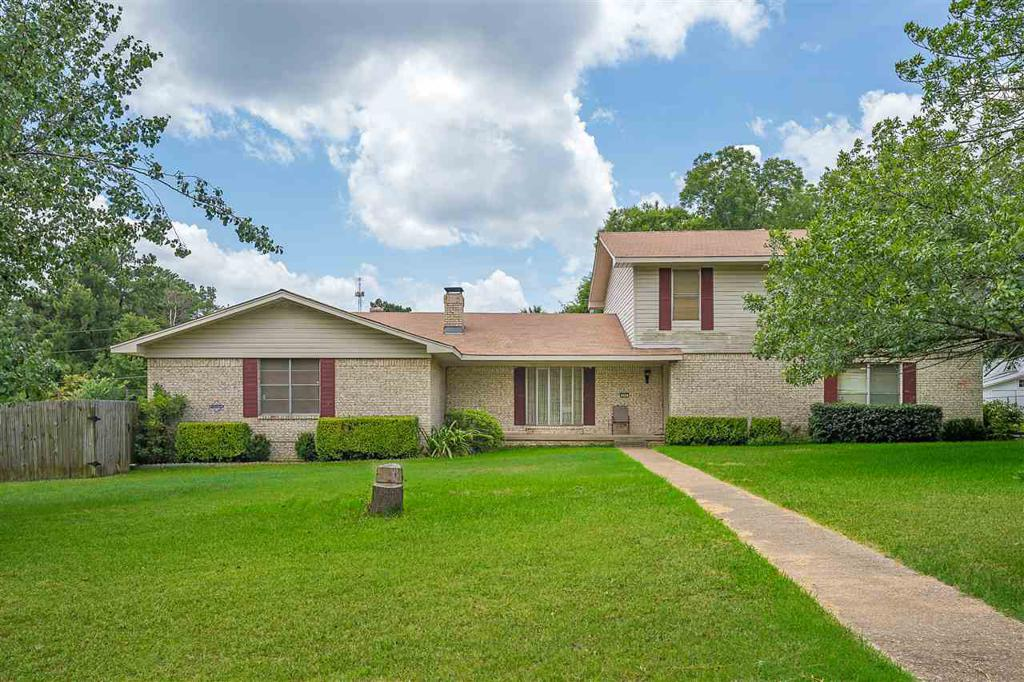 Photo of home for sale at 4 Circle Road, Longview TX