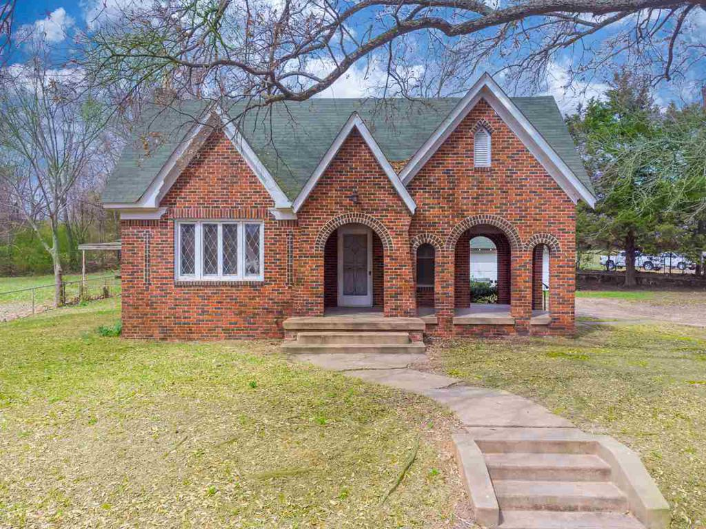 Photo of home for sale at 233 Broadway Ave, Gladewater TX