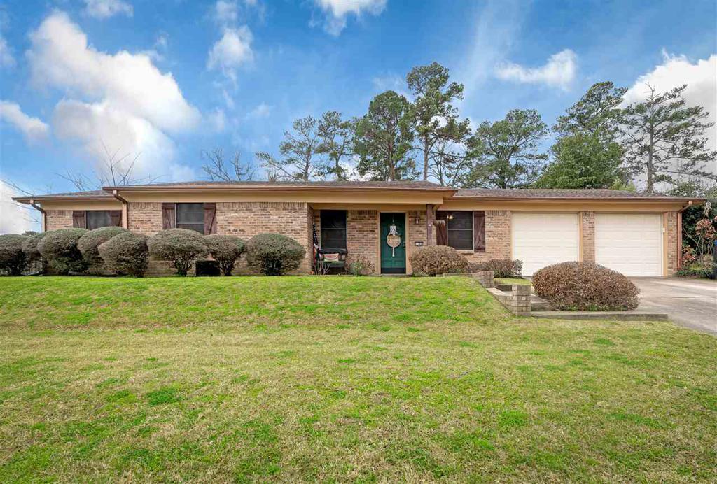 Photo of home for sale at 1108 Regal Oak Drive, Longview TX