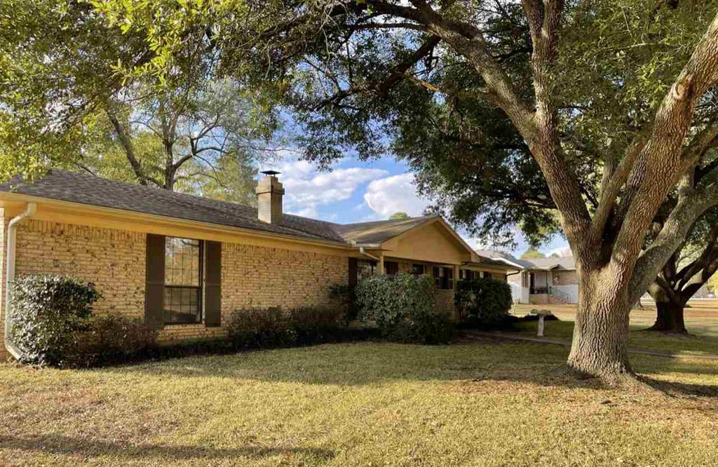 Photo of home for sale at 801 Davis st, Carthage TX