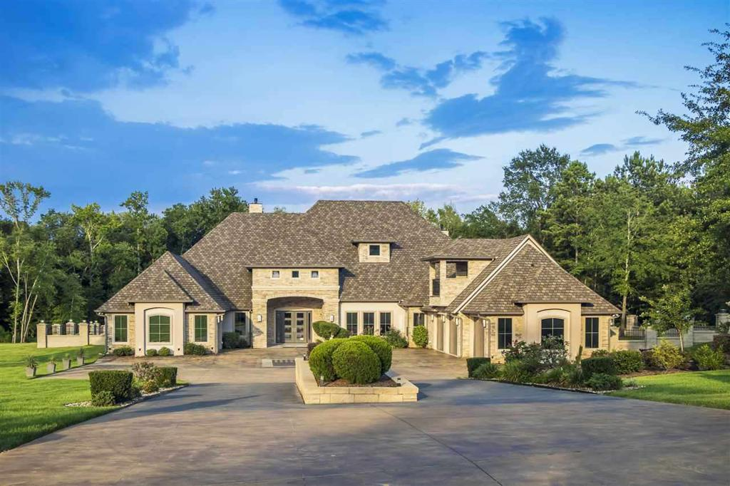 Photo of home for sale at 8 Stone Ridge Trail, Longview TX