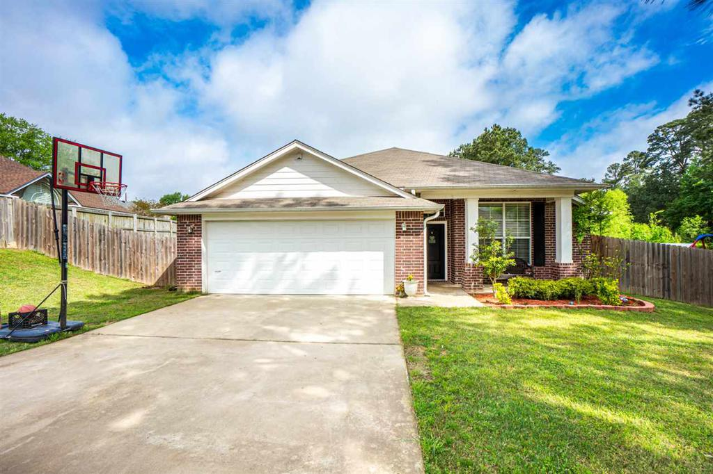 Photo of home for sale at 1610 Chippewa St., Longview TX