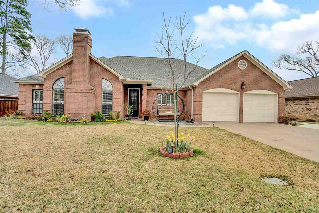 Photo of home for sale at 203 Lakewood Drive, Longview TX
