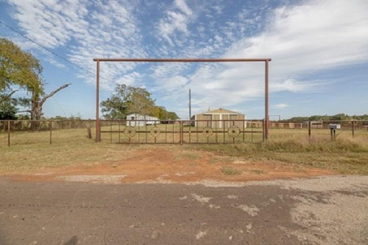 Photo of home for sale at 346 County Road 4724, New Summerfield TX