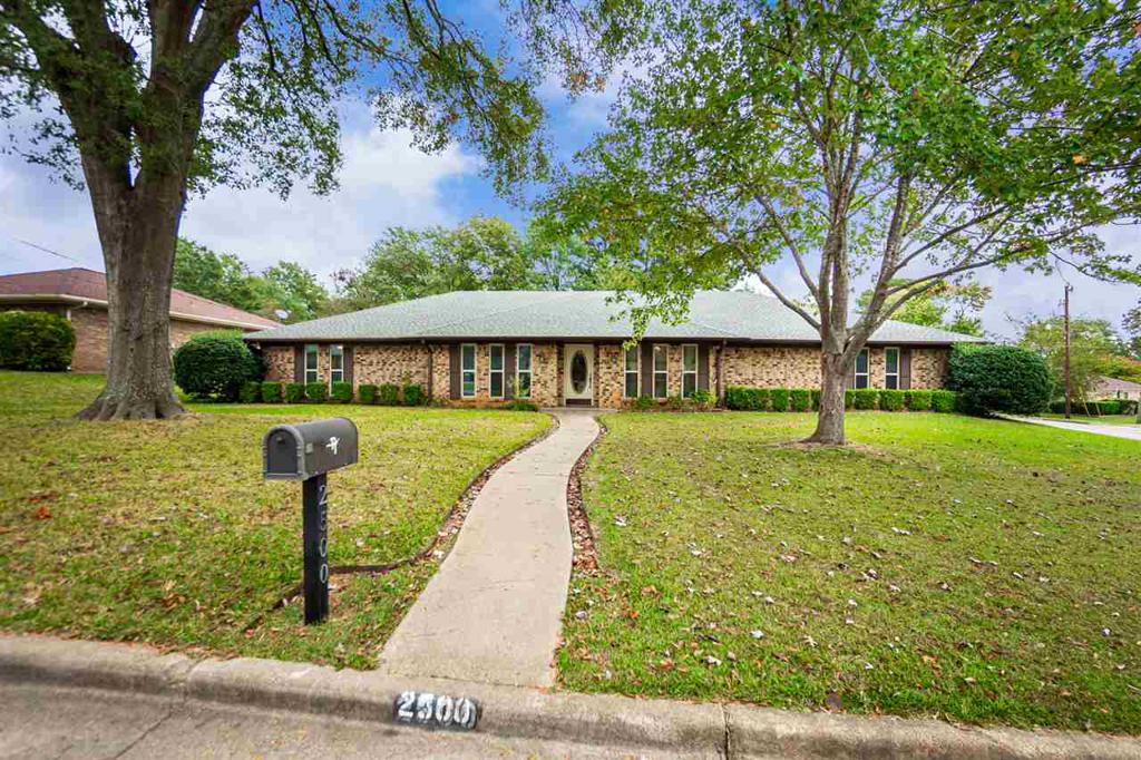 Photo of home for sale at 2500 Northridge Drive, Longview TX