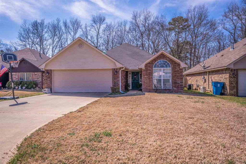 Photo of home for sale at 8 Oak Run, White Oak TX