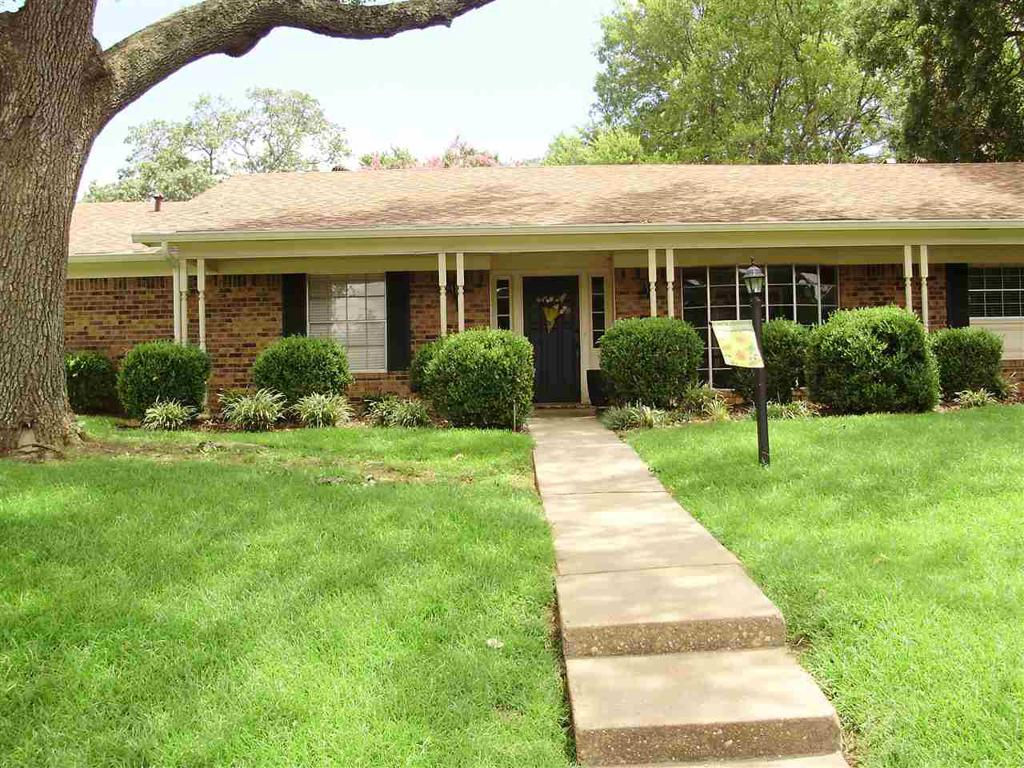 Photo of home for sale at 300 Lancaster Street, Longview TX