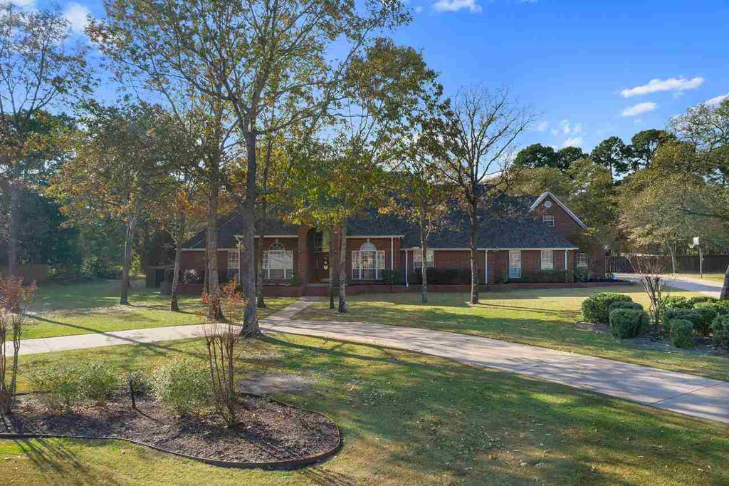 Photo of home for sale at 17665 Briarpatch, Lindale TX