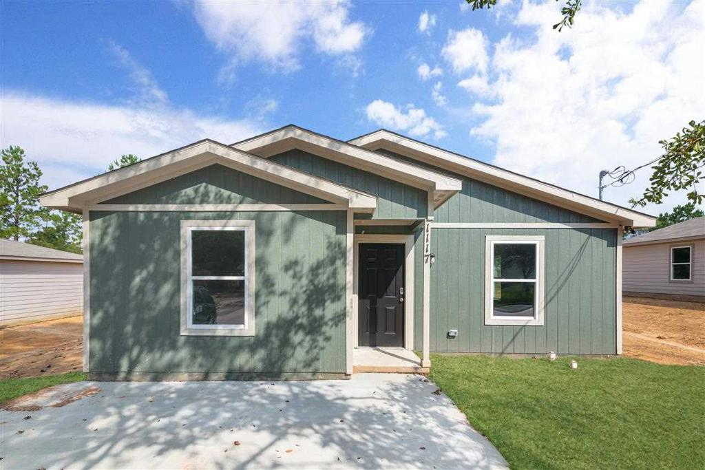 Photo of home for sale at 1117 Birdsong Street, Longview TX