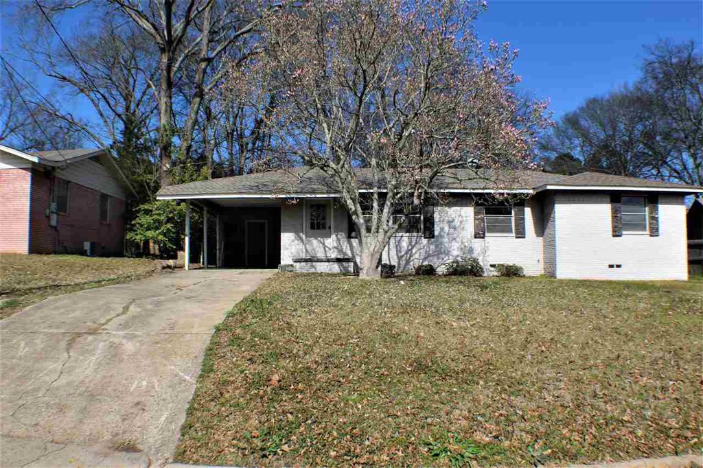 Photo of home for sale at 913 Centenary Dr., Longview TX