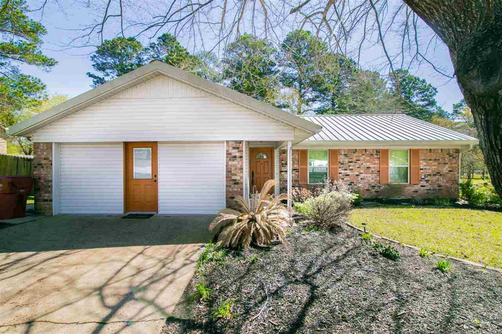 Photo of home for sale at 502 Woodridge Dr, Hallsville TX