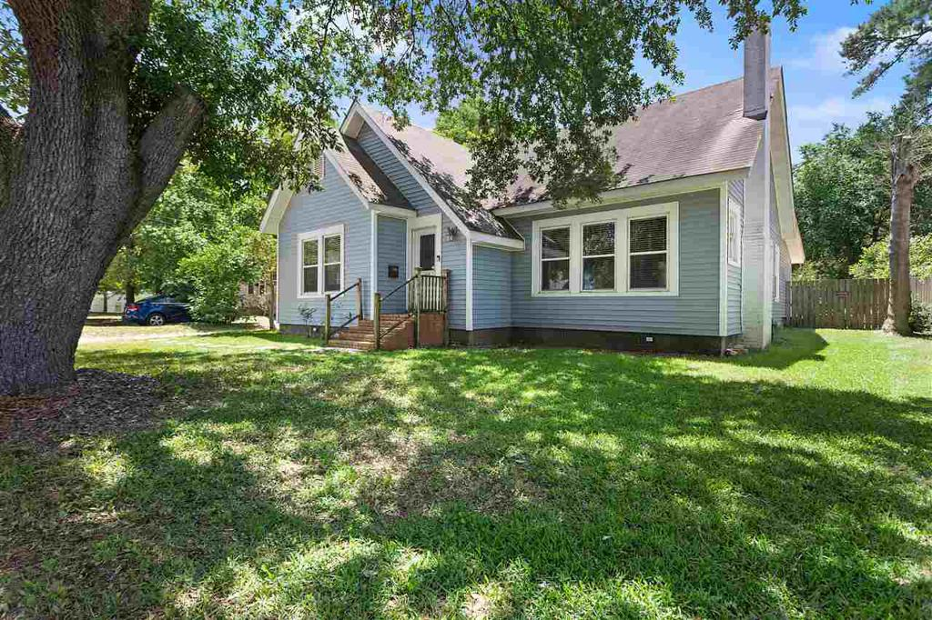 Photo of home for sale at 110 Lakeview Street, Henderson TX
